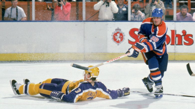 wayne Gretzky scores for Oilers